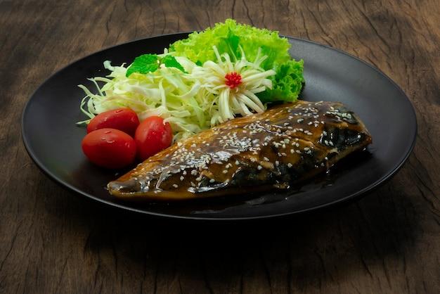 Saba teriyaki sauce mit sesam bestreuen