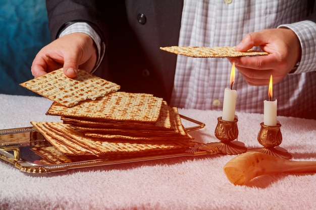 Sabbat-kiddush-zeremonie mit zwei kerzen und frischem brot aus traditionellem pessach-mazza