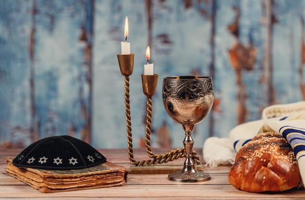 Sabbatbrot, wein und kerzenleuchter