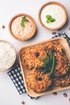 Sabudana vada oder sago gebratener kuchen, serviert mit erdnuss-chutney auf stimmungsvollem hintergrund, beliebtes fastenrezept aus indien.