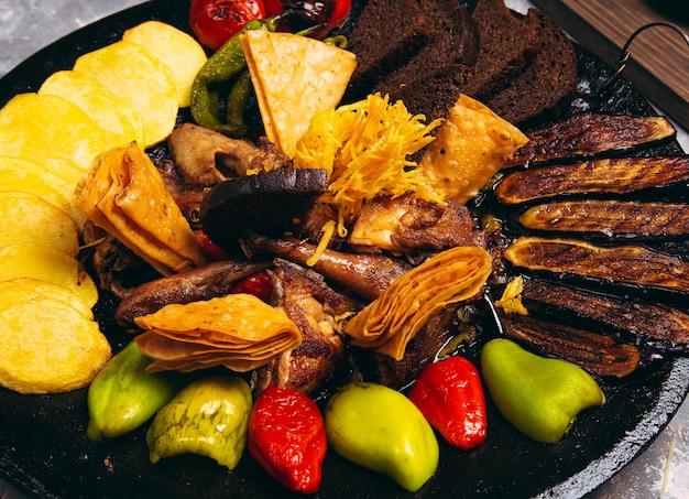 Sac ici aserbaidschanisches lebensmittel mit huhn und gegrilltem gemüse für menü