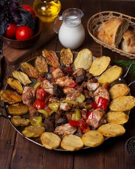 Sac ici, traditionelles aserbaidschanisches gericht mit gegrillten auberginen, kartoffelscheiben, rindfleisch, huhn, lampe und farbigem paprika