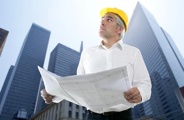 Sachkenntnisarchitekten-ingenieurplan, der gebäude schaut