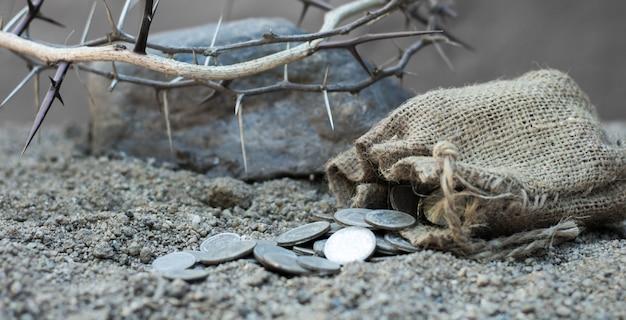 Sack mit den dreißig silbermünzen biblisches symbol des verrats an judas
