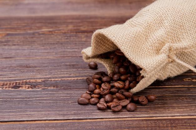 Sack mit verschütteten kaffeebohnen