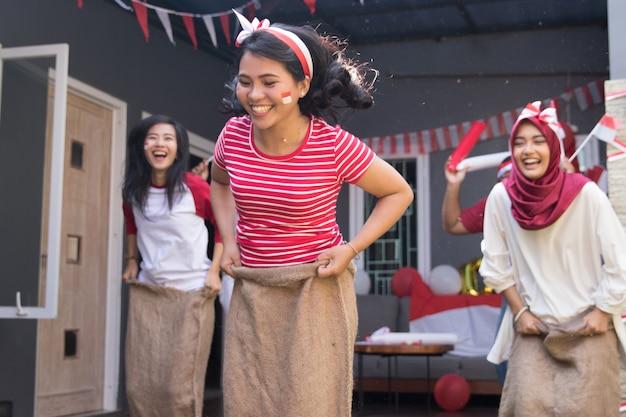 Sackhüpfen während des unabhängigkeitstags von indonesien