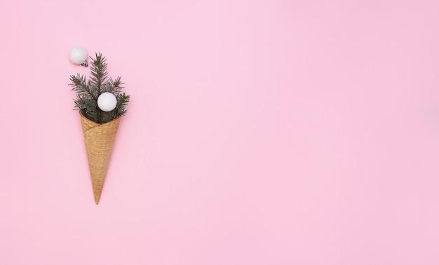 Sackleinen eistüten mit fichte und weihnachtsschmuck