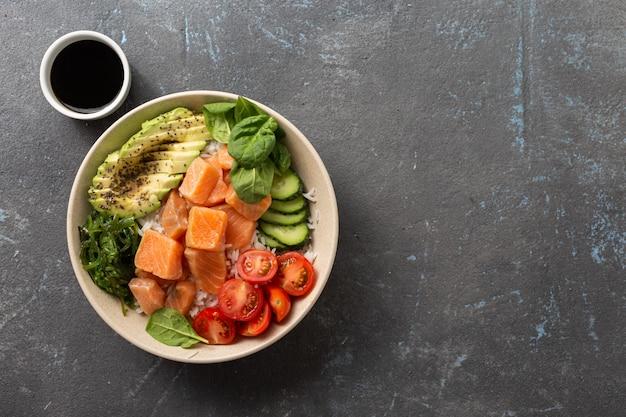 Sackschale mit lachs, avocado, gemüse und chiasamen