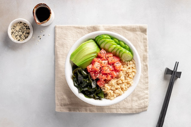 Sackschale mit lachs, quinoa, wakame-seetang