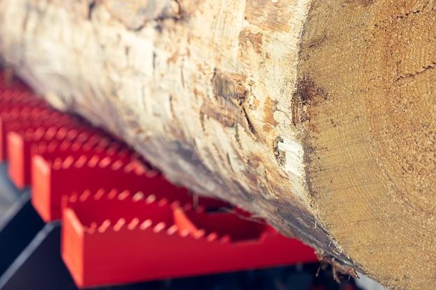 Sägewerk für holzbearbeitung. sägewerk auf einer holzfabrik. modernes sägewerk. industriesägebretter aus rundholz