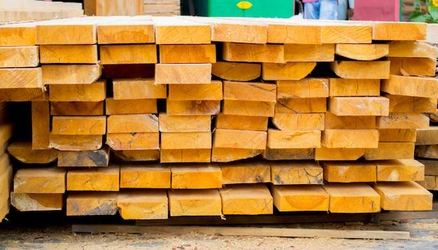 Sägewerk. lager zum sägen von brettern auf einem sägewerk im freien. holzstapel aus holzrohlingen baumaterial