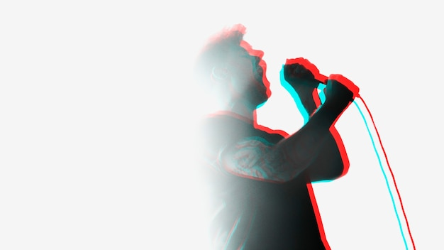 Sänger auf der bühne bei einer live-show mit doppeltem farbbelichtungseffekt
