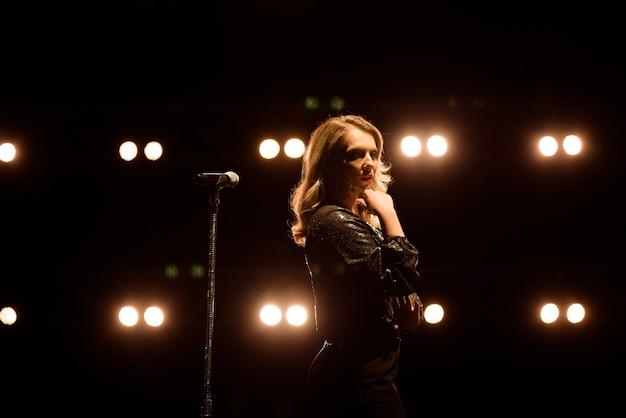 Sänger singt zum mikrofon. sänger in der silhouette.