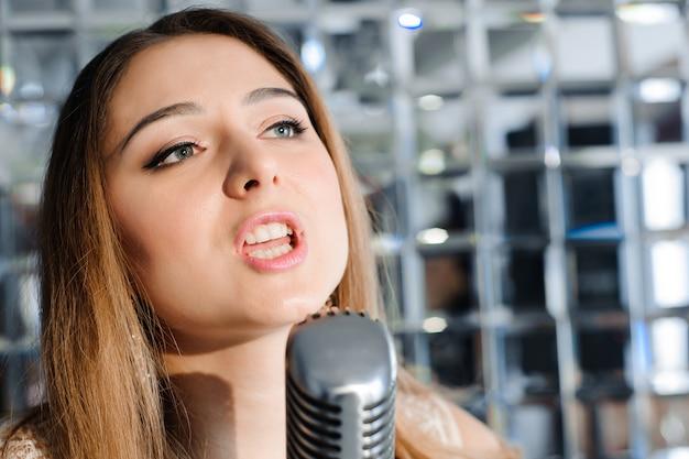 Sänger vor einem mikrofon im club.