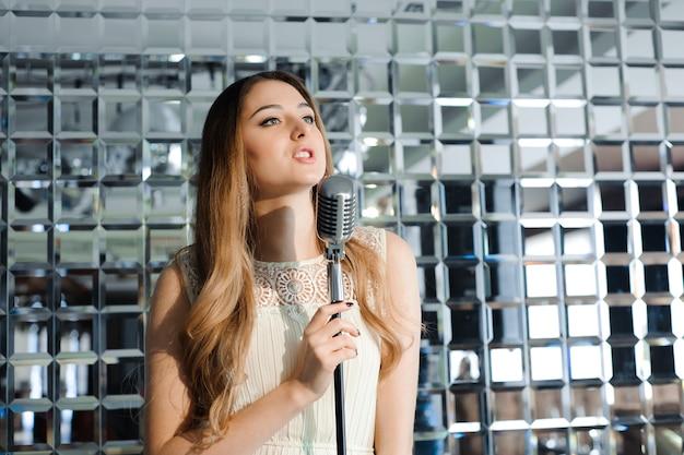 Sänger vor einem mikrofon in einem restaurant