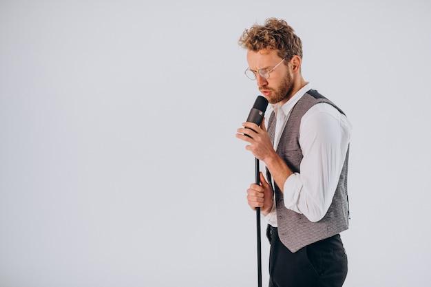 Sängerin mit mikrofon singt im studio