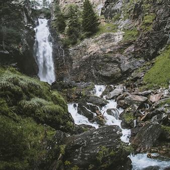 Saent wasserfall auf italienischen alpen