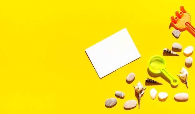 Säubern sie ein stück papier mit sommersachen