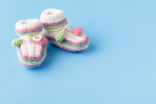 Säuglingsansagekonzept mit neugeborenen schuhen