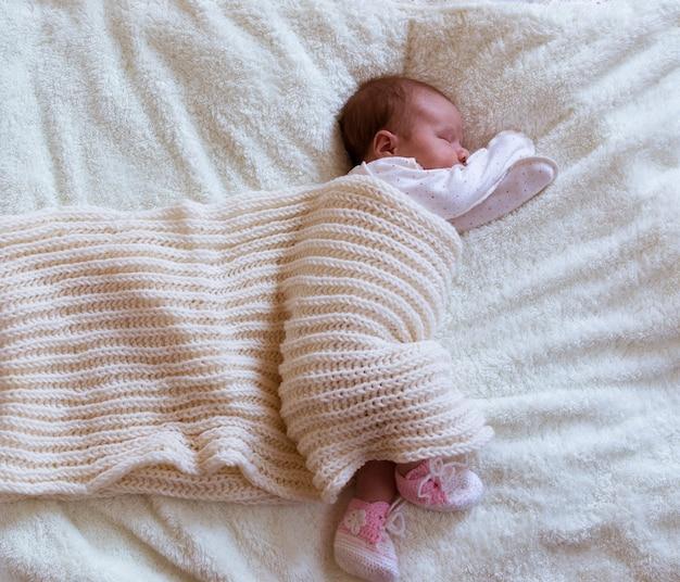 Säuglingsschätzchenportrait im weiß