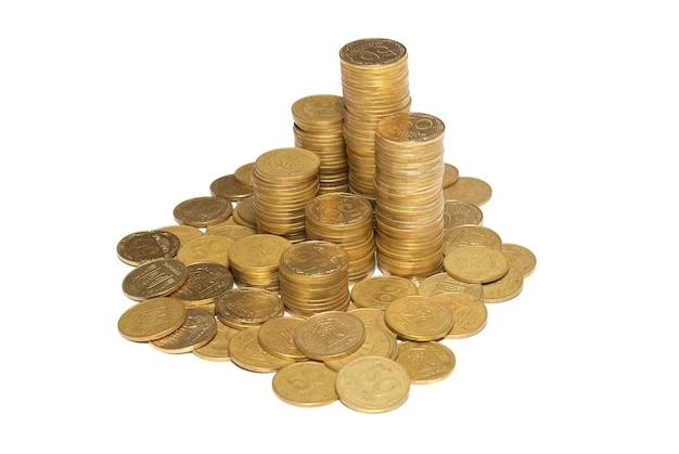 Säule der goldenen münzen lokalisiert auf weiß.