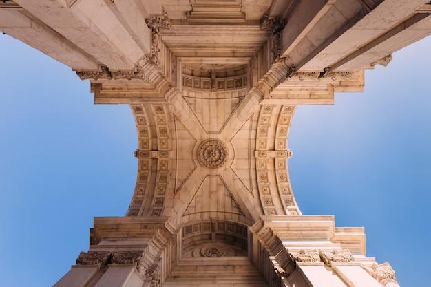 Säulen, die einen bogen in praca de comercio in lissabon, portugal halten