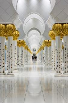 Säulen in der sheikh zayed grand mosque, vereinigte arabische emirate