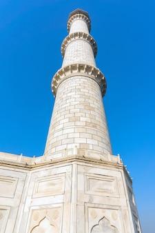 Säulen von taj mahal agra indien. säulen des taj mahal agra indien, hoher weißer turm, einer der vier teile des mausoleums.