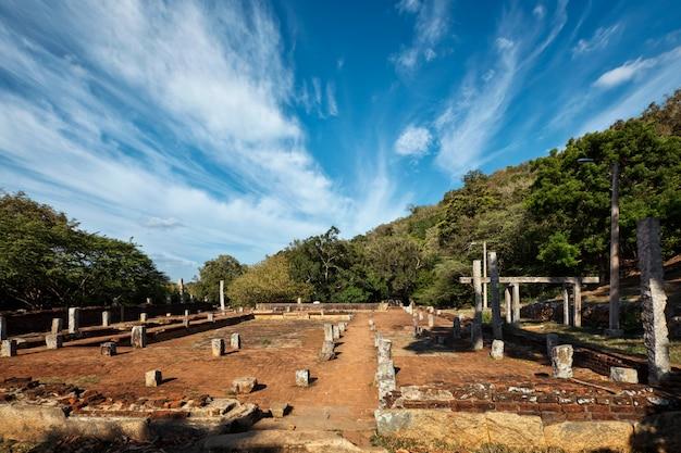 Säulenruinen und keller im buddhistischen kloster mahaseya dagoba. mihintale, sri lanka