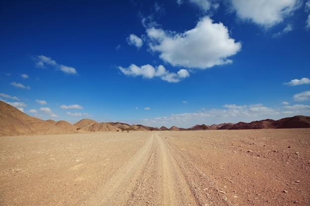 Safari und extreme reisen in afrika. dürre berglandschaft mit staub abseits der straße in offroad-autoexpedition.