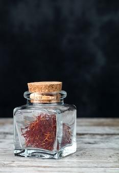 Safranfäden in einem glas