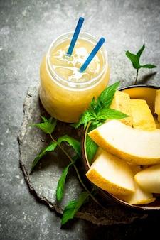Saft aus melonen mit minze und fruchtfleisch