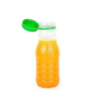 Saft in einer plastikflasche auf weißem hintergrund