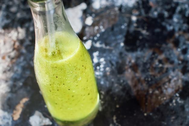 Saft-smoothie-flaschen-grün-schäbiger hintergrund