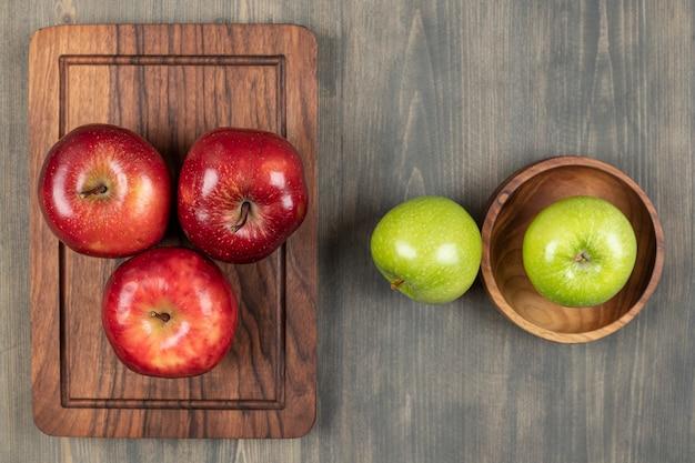Saftige äpfel auf einem hölzernen schneidebrett. hochwertiges foto