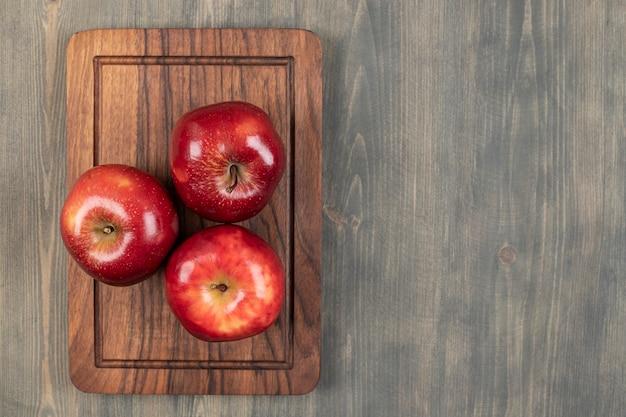 Saftige äpfel auf einem holzbrett