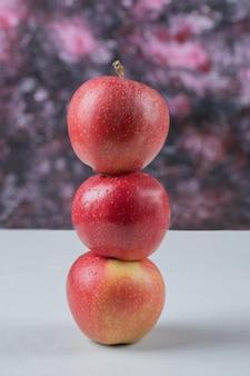 Saftige äpfel getrennt auf weiß.
