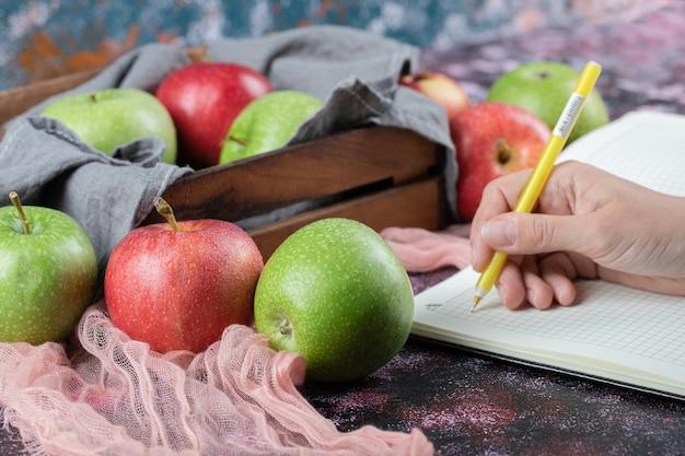 Saftige äpfel in einem rustikalen holztablett