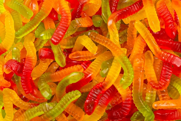 Saftige bunte geleebonbons. gummibonbons. schlangen.