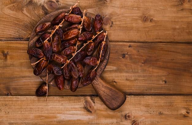 Saftige datteln auf einem holztisch. trockenfrüchte für eine gesunde ernährung. speicherplatz kopieren