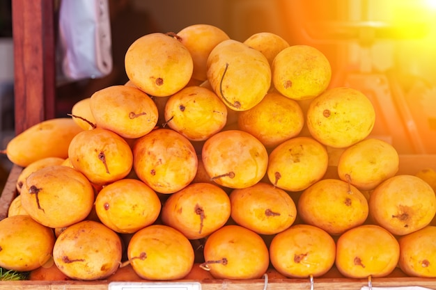 Saftige frische gelbe mango auf der theke des straßenmarktes an einem sonnigen tag