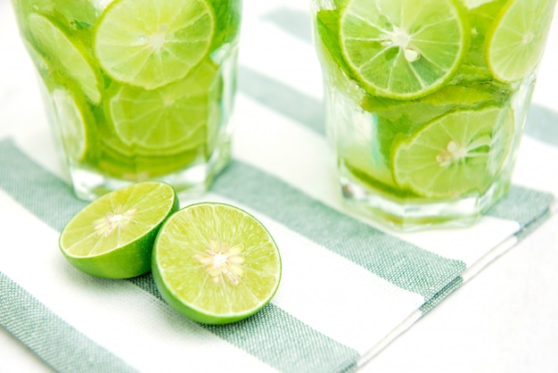 Saftige frische limetten für die zubereitung von getränken