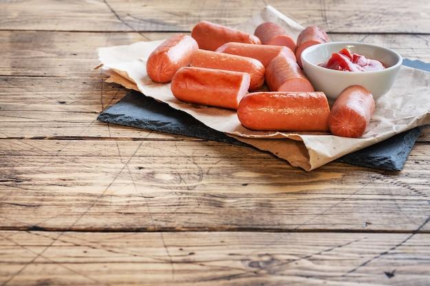 Saftige grillwürste mit tomatensauce