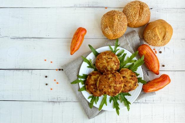 Saftige hausgemachte schnitzel (rindfleisch, schweinefleisch, huhn) auf einer weißen oberfläche. für einen hamburger. die draufsicht.