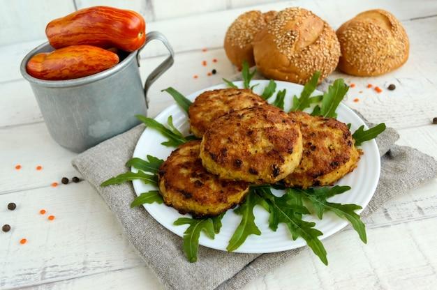 Saftige hausgemachte schnitzel (rindfleisch, schweinefleisch, huhn) auf einer weißen oberfläche. für einen hamburger.