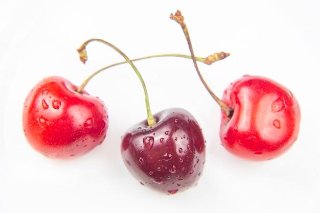 Saftige kirschbeere auf einem weißen hintergrund. früchte und vitamine. gesundes essen zum frühstück. früchte der vegetation. fruchtdessert