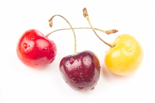 Saftige kirschbeere auf weißer oberfläche. früchte und vitamine. gesundes essen zum frühstück. früchte der vegetation. fruchtdessert