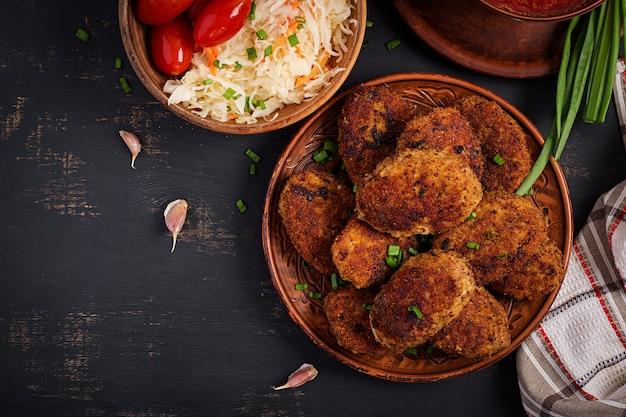 Saftige köstliche fleischkoteletts auf dunkler tabelle. russische küche.