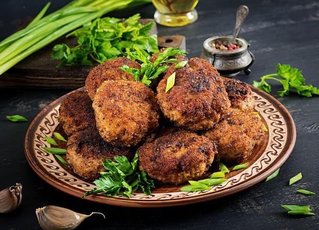 Saftige köstliche fleischkoteletts auf einer dunklen tabelle. russische küche.