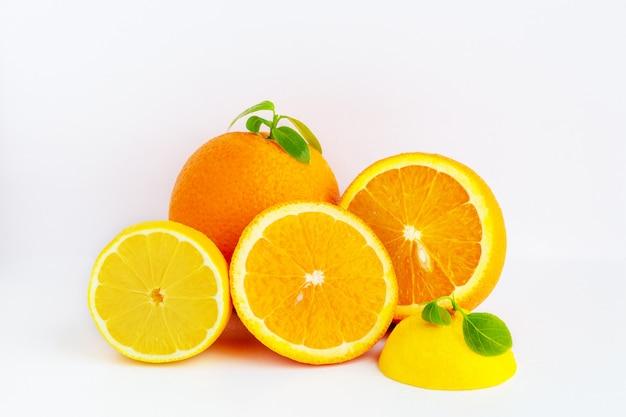 Saftige orange auf weißem hintergrund. orangenfrucht mit orangenscheiben und blättern isoliert auf weißem hintergrund. vitamin c. orangennahaufnahme. vegetarisches, veganes essen. frische zitrusfrüchte. zitronen mit orange.